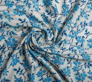 Niebieski kwiaty krepa. Włoski materiał