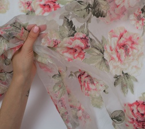 Organza poliestrowa różowe kwiaty
